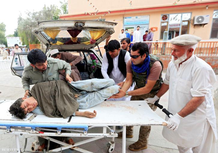 Egy sérültet szállítanak a robbanást követően