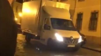 Dobozokkal teli teherautó indult az I. kerületi önkormányzattól a fideszes volt polgármester házához