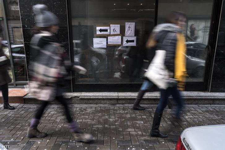 Tájékoztató feliratok az erzsébetvárosi bulinegyedben található vendéglátóhelyek éjfél és reggel 6 óra közötti nyitvatartásáról szóló helyi népszavazás napján a VII. kerületi Dohány utcában 2018. február 18-án.