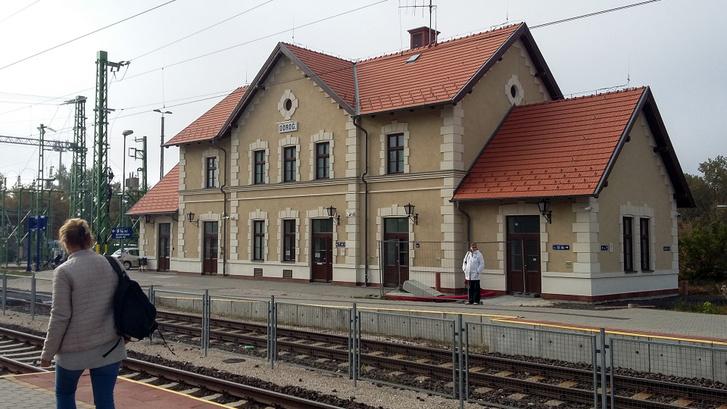 Frissen felújított állomásépület - szép meló, de a vécé még zárva, a fal már koszos kívül, oldalt végigköpködve a szép térkó - azért ez erősen Balkán. Miért nem tudunk semmire vigyázni?