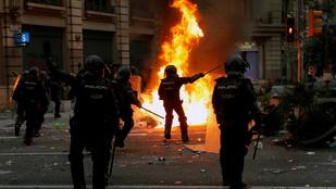 Több mint félmillióan tüntetnek Barcelonában, sok az összecsapás a rendőrökkel