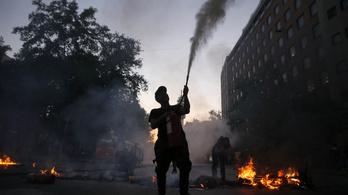 Megemelték a metrójegyárakat, erőszakos tüntetésekbe kezdtek Chilében