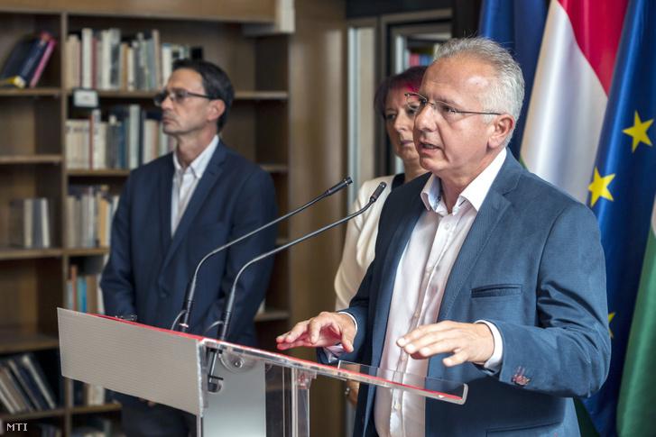 Péterffy Attila beszél a több város ellenzéki polgármesterjelöltjének közös sajtótájékoztatóján 2019. szeptember 30-án