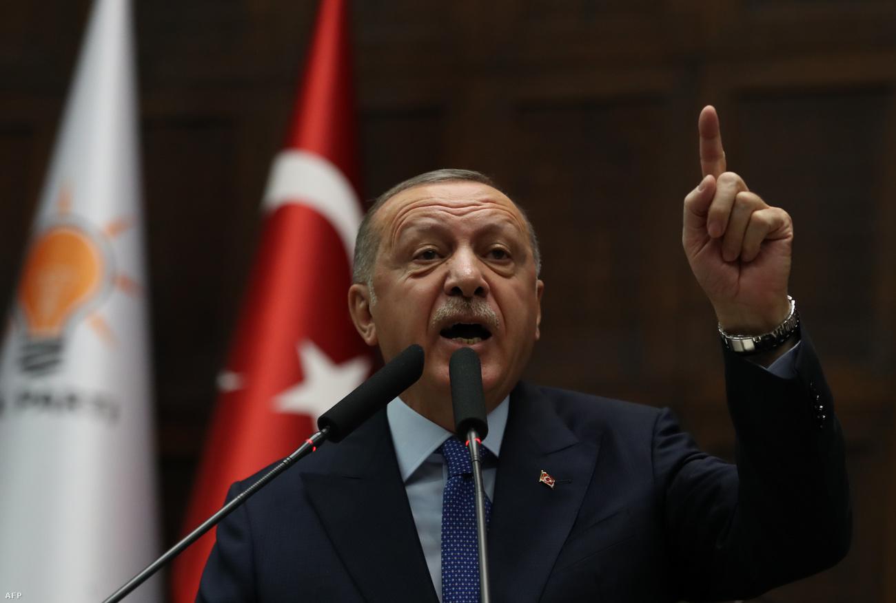 """Erdoğan: Szétzúzzuk a """"terroristák"""" fejét, ha nem vonulnak vissza"""