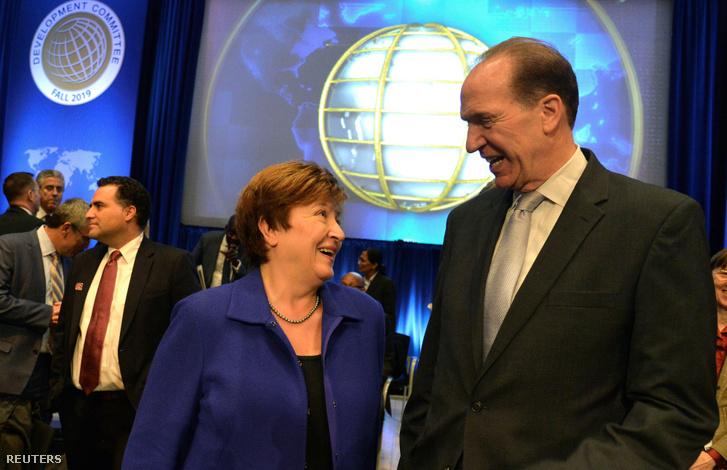 Kristalina Georgieva (IMF) és David Malpass (Világbank) kedélyesen beszélgetnek a washingtoni csúcstalálkozó szünetében