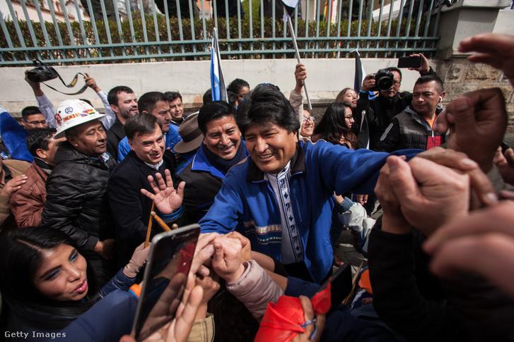 Evo Morales támogatói között a legfelsőbb választási testület bejáratánál