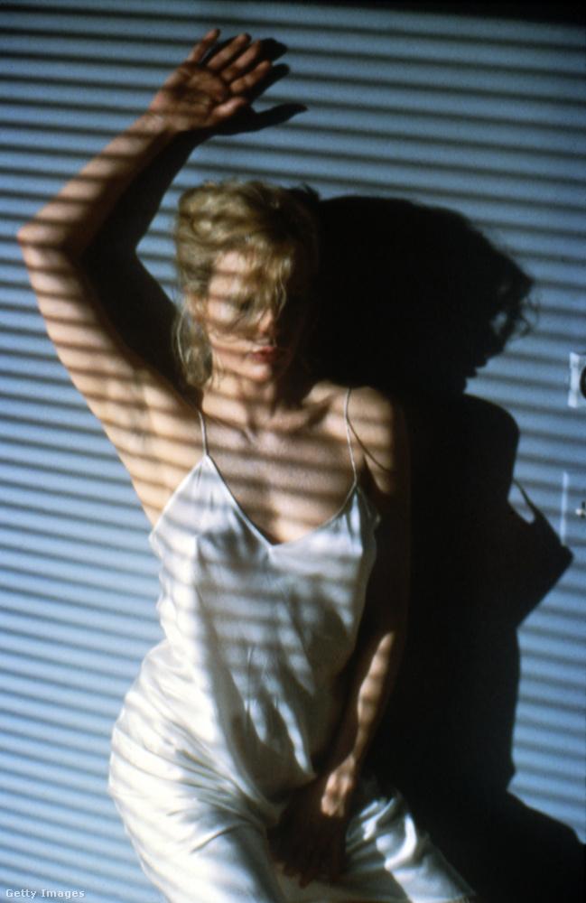 Ez a kép és az előző a 9 és 1/2 hét című filmből való, ekkor, azaz 1986-ban vált Kim Basinger visszavonhatatlanul szexszimbólummá.