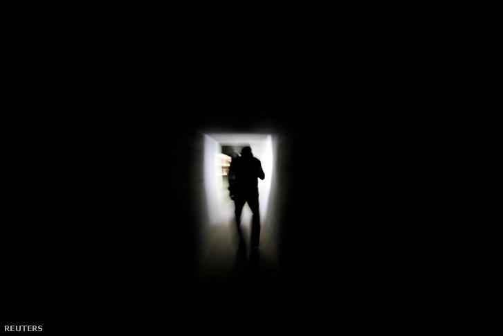 Thai kábítószerellenes nyomozó Sue Songkittikul háza alatti alagútban