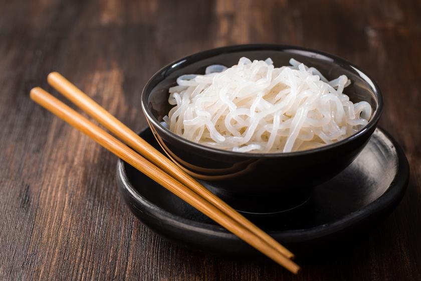 """A shirataki tésztában kevesebb mint 1 gramm szénhidrát van, így ideális a ketogén diétához. Ráadásul a fogyásnak is elképesztően jót tesz, egy adagja mindössze 5 kalória. Ez a """"tészta"""" az ördögnyelvből kivont speciális rost, az úgynevezett glükomannán felhasználásával készül, és kifejezetten eltelítő étel."""