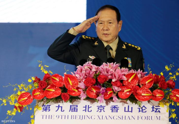Vej Feng-ho tiszteleg hétfői beszéde előtt Pekingben