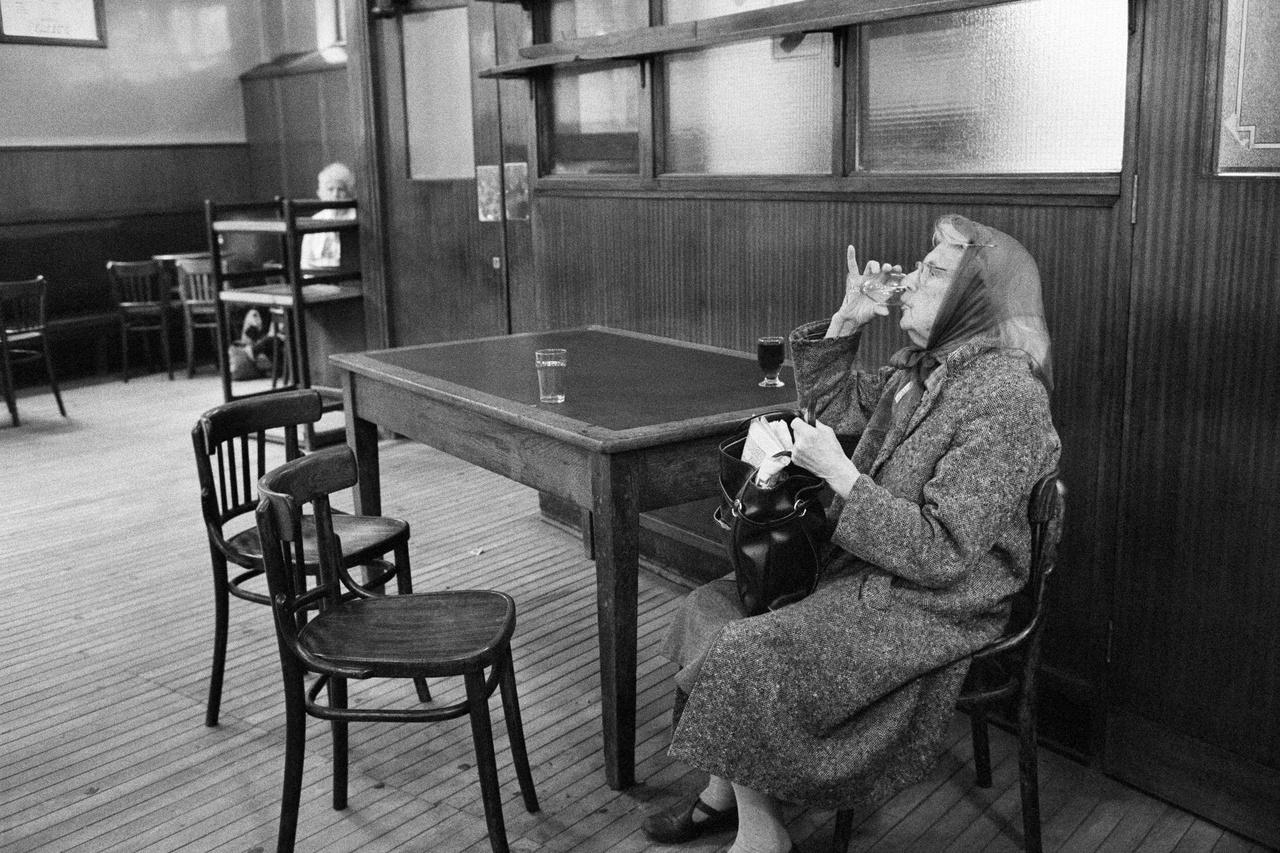 Egy Yates's Wine Lodge Liverpoolban. A 19. század végén nyílt kocsmahálózat éjjel-nappal nyújtott kiszolgálást, italt és ételt egyaránt. 1983.