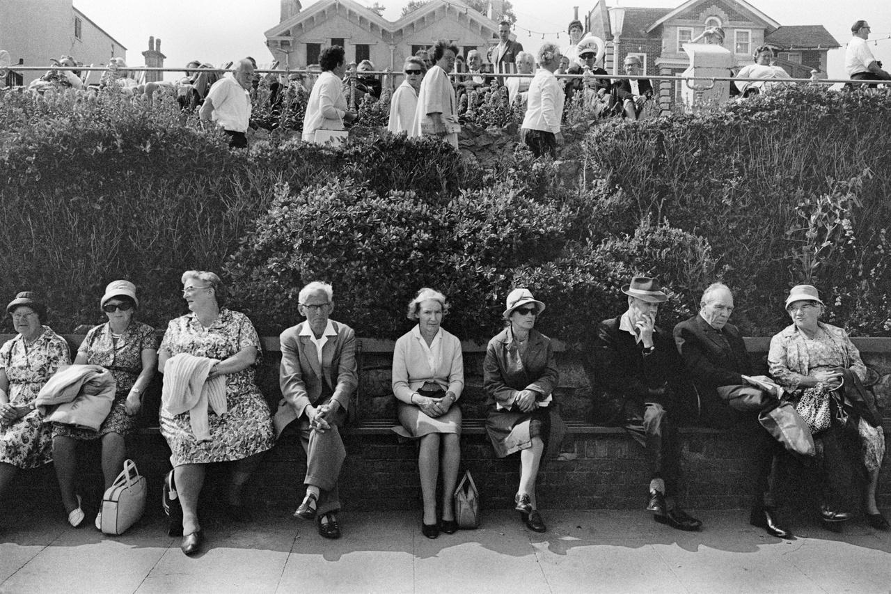 Sokak szerint a tengerparti Anglia sokkal jobban megőrizte különleges egyéniségét, mint a sziget közepe. Tony-Ray Jones képeiben pont az az izgalmas, hogy hiába, hogy a 60-as, 70-es években készültek, akár mostaniak is lehetnének.