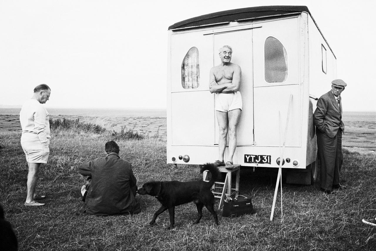 Az igazi angolságot testközelből szerette megmutatni, ezért a munkája során fogta magát, és igazi kempingezőként utazta körbe az országot. Ez a fotó Brightonban készült 1967-ben.