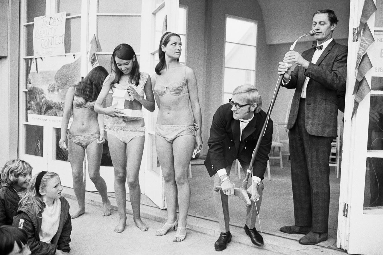 Kedvencei voltak a kisvárosi vásárok, virágkarneválok, és a helyi szépségversenyek is. Erről a képről például az derül ki, hogyan nézett ki 1967-ben egy szépségverseny Newquay-ben.