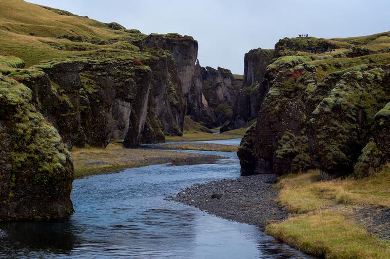 A Fjaðrárgljúfur kanyon az Izlandot körbekerülő Ring Roadtól mindössze pár kilométerre fekszik a déli part mentén