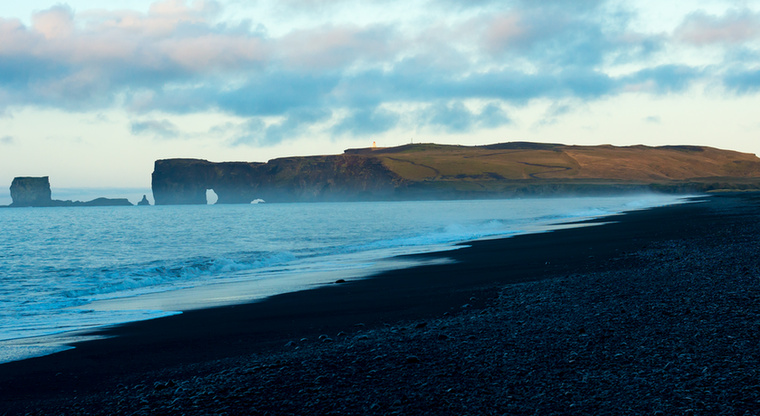 Izlandon a tengerpart sem szokványos: fehér vagy arany helyett fekete homok borítja
