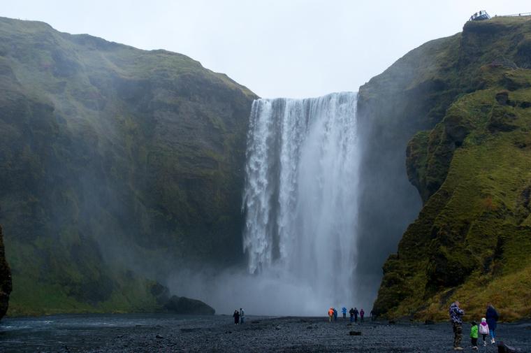 A Skógafoss vízesést a turistákon túl a filmesek is szívesen felkeresik