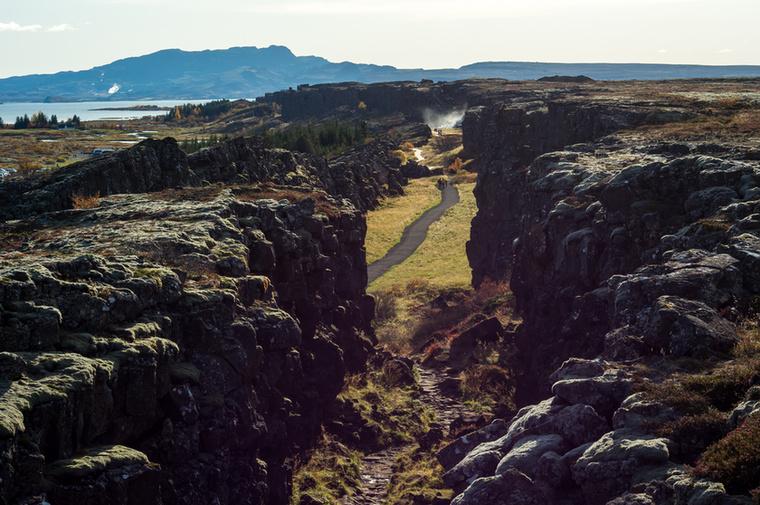 Az Izlandra érkező turisták legkedveltebb úti célja a Golden Circle, vagyis az Arany Háromszög körút, ami többek között a Þingvellir Nemzeti Parkot, gejzíreket, vízeséseket, a Kék lagúnát és egy krátert érint.