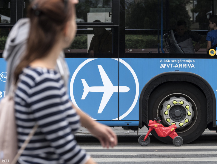 Repülőtéri buszjárat a járműforgalom elől lezárt Andrássy úton az európai mobilitási hét első napján 2017. szeptember 16-án.