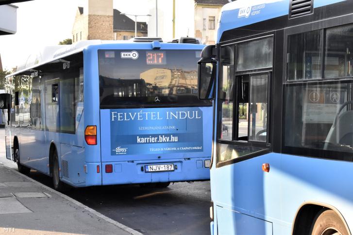 Menetrendszerűen közlekedő buszokon hirdetve keresnek buszvezetőket a Budapesti Közlekedési Vállalat (BKV) járataira
