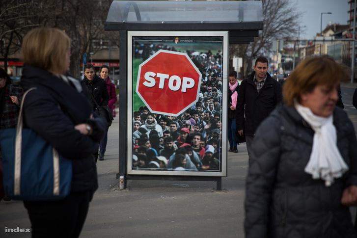 2018-as STOP kormányzati plakát a BKV egyik buszmegállójában