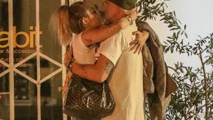 Miley Cyrus az utcán keringőzött új pasijával, majd smaciztak egyet a kuka mellett