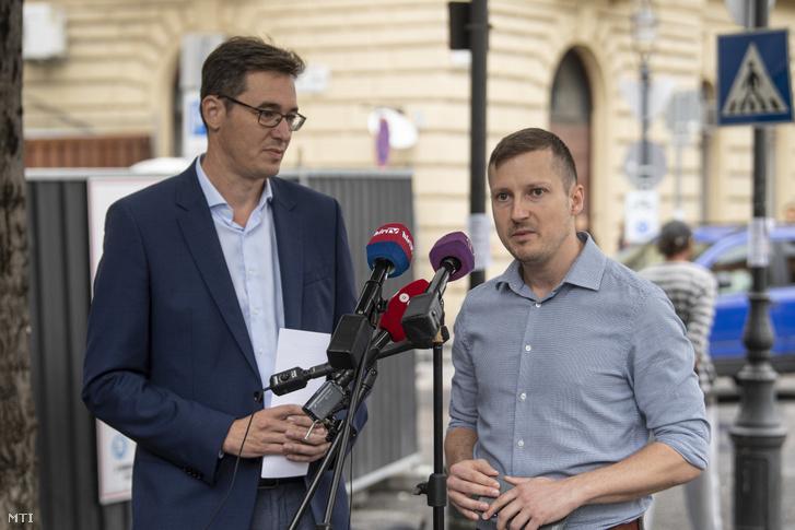 Karácsony Gergely (balra) és Soproni Tamás VI. kerületi ellenzéki polgármesterjelölt sajtótájékoztatót tart az Oktogonnál 2019. szeptember 3-án