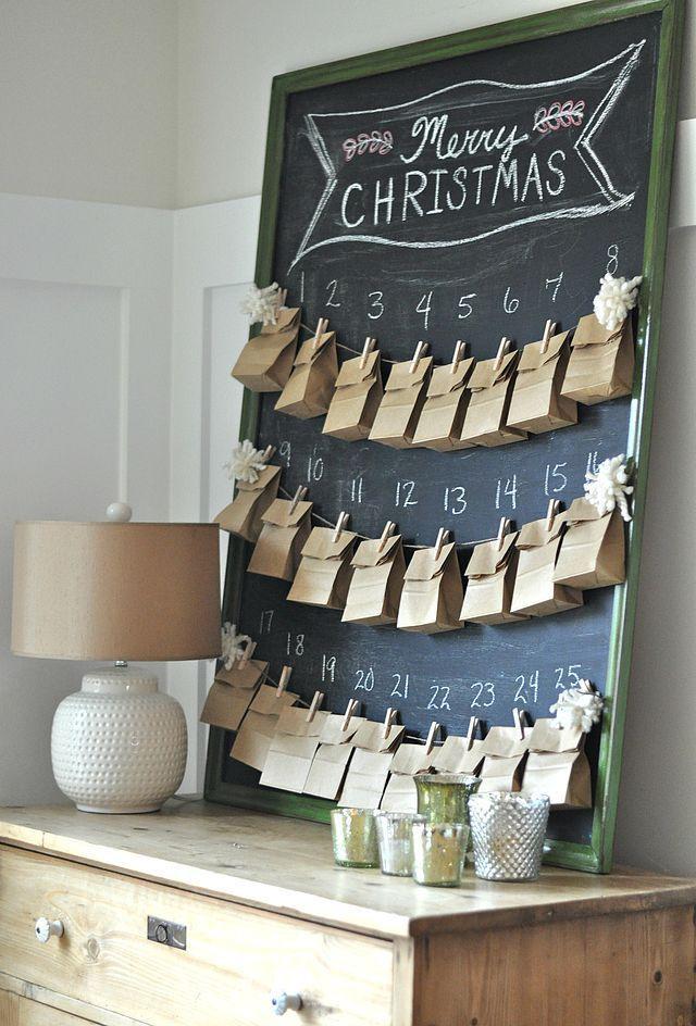 Készíts elő kis méretű papírzacskókat, majd rejtsd el bennük a gyerekeknek szánt apró ajándékokat, édességeket. Csipeszeld fel őket madzagra, és mehetnek is egy rajztáblára, amit kedved szerint pingálhatsz tovább. Csipeszt és zacskót sokfelé kapni csomagban is.