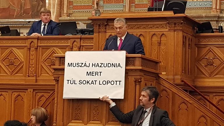 Kitiltás és egyéves fizetésmegvonás járhat a renitens parlamenti képviselőknek