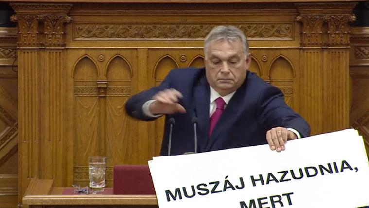 Botrány a parlamentben: Orbán megpróbálta elvenni Hadházy tábláját