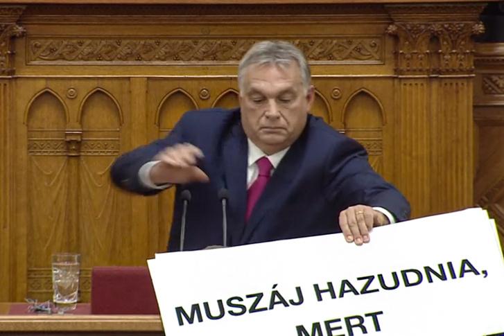 Orbán Viktor próbálta kitépni Hadházy Ákos kezéből a felmutatott táblákat