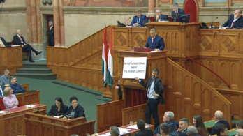 A lónak a faszát - ezt már csak a helyéről tudta felmutatni Hadházy Orbánnak