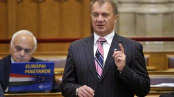 Felfüggesztették a DK-s Varju László mentelmi jogát