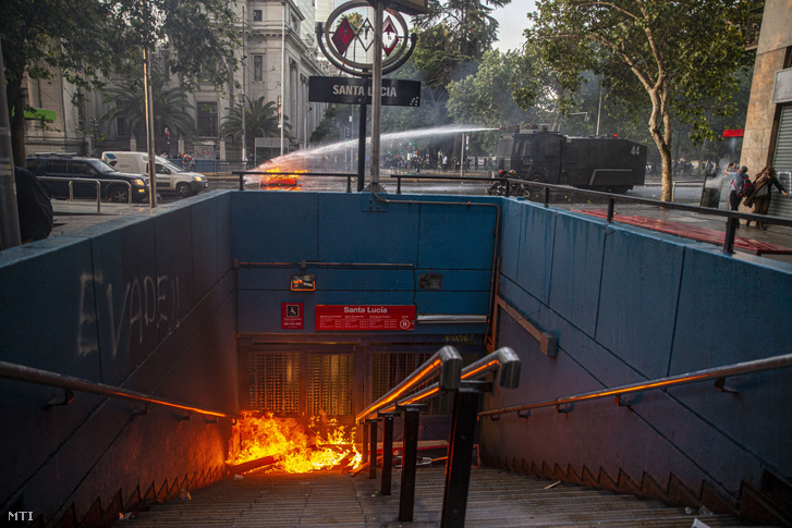 Útakadályt olt egy rendőrségi jármű egy lezárt metróállomásnál