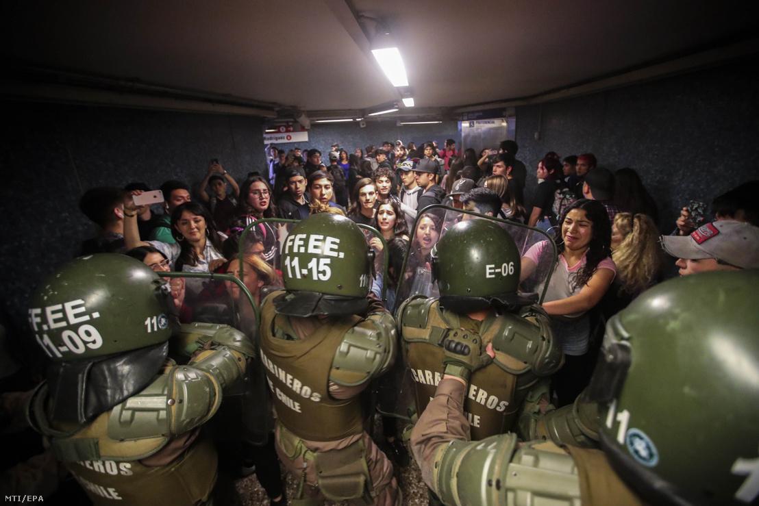 Tüntetőket tartóztatnak fel rohamrendőrök egy metróállomáson
