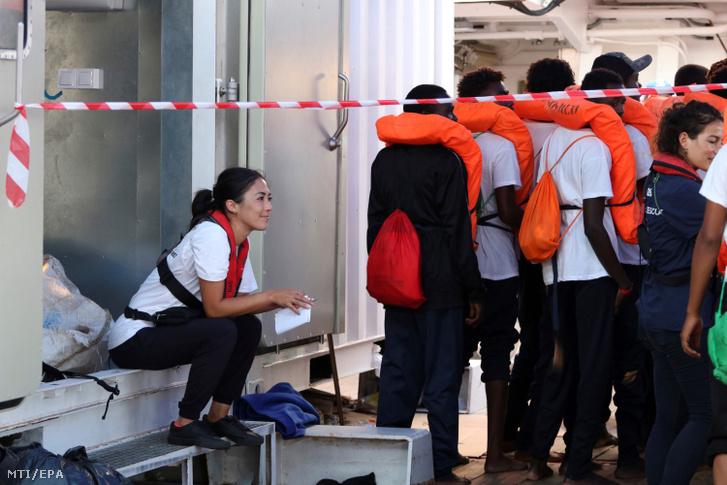 Menekülteket szállítanak a máltai hadsereg hajójával a máltai kikötőbe 2019. augusztus 23-án.