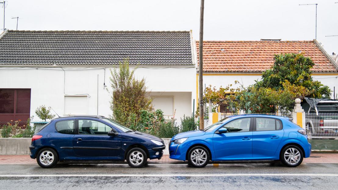 A kék 208-as volt az alapmotoros verzió. Így viszonyul a mérrete egy 206-oshoz