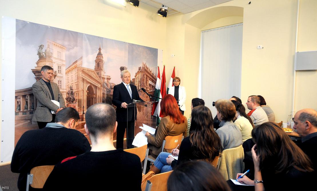 Tarlós István a 2011. évi költségvetés előző nap elfogadott koncepciójáról tartott sajtótájékoztatóján bejelenti, hogy kormányzati segítség nélkül a BKV még ebben az évben be fog dőlni.