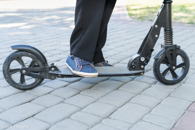 Kis kerekű roller: A kis tömör kerekek rázkódását még a rugós felfüggesztés sem javítja lényegesen. (https://www.istockphoto.com/photo/legs-on-the-kick-scooter-gm981954992-266673140)