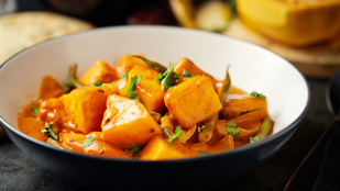 Ez a fűszeres, indiai burgonyaragu vega főétel és szuper köret is lehet