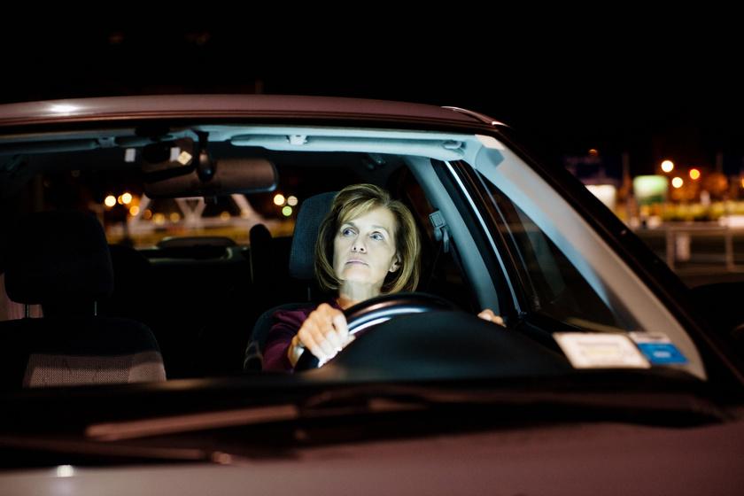 Mit muszáj megtenni, ha sötétben ülsz autóba? Így vezess éjszaka, hogy ne legyen baleset