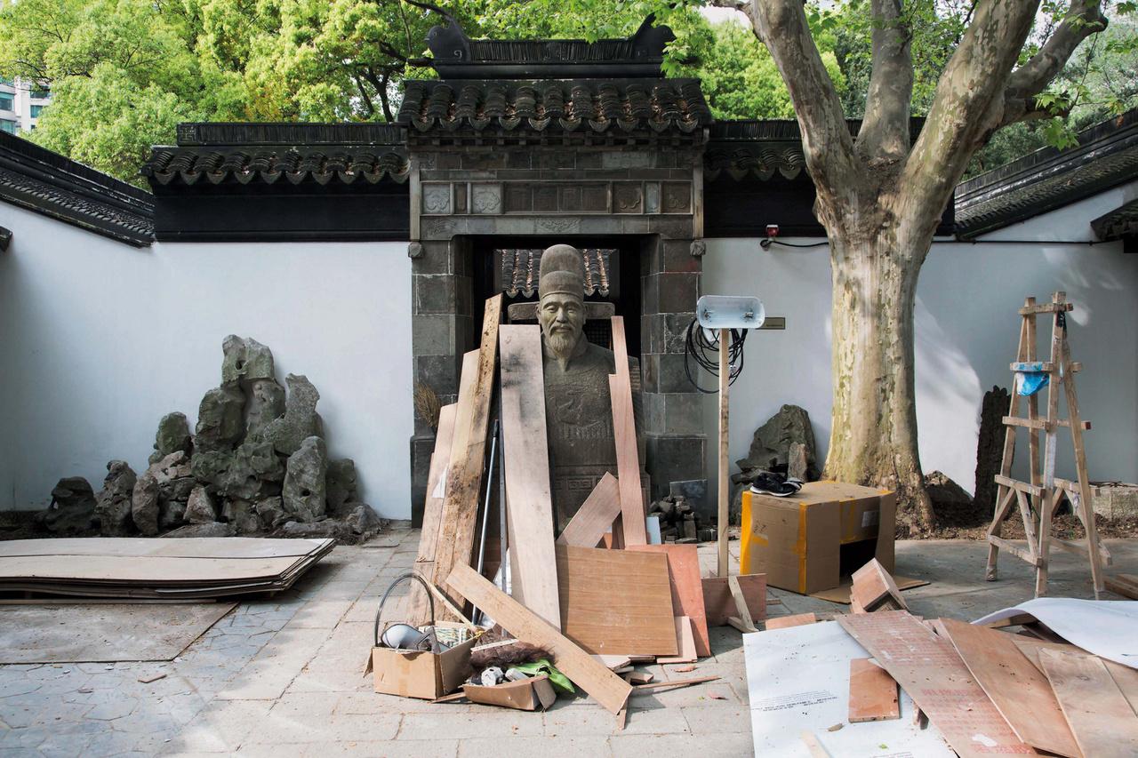 A Mao-korszak évtizedes elnyomása után Kína öt hivatalos vallásának (buddhizmus, taoizmus, iszlám, katolicizmus és protestantizmus) követői rohamosan növekedni kezdtek, de a nem hivatalos csoportok és alternatív spirituális gyakorlatok választéka is bővült. A város vallási felépülése figyelemre méltó, főként azután, hogy a politikai elnyomás mennyire leépítette a vallási infrastruktúrát.