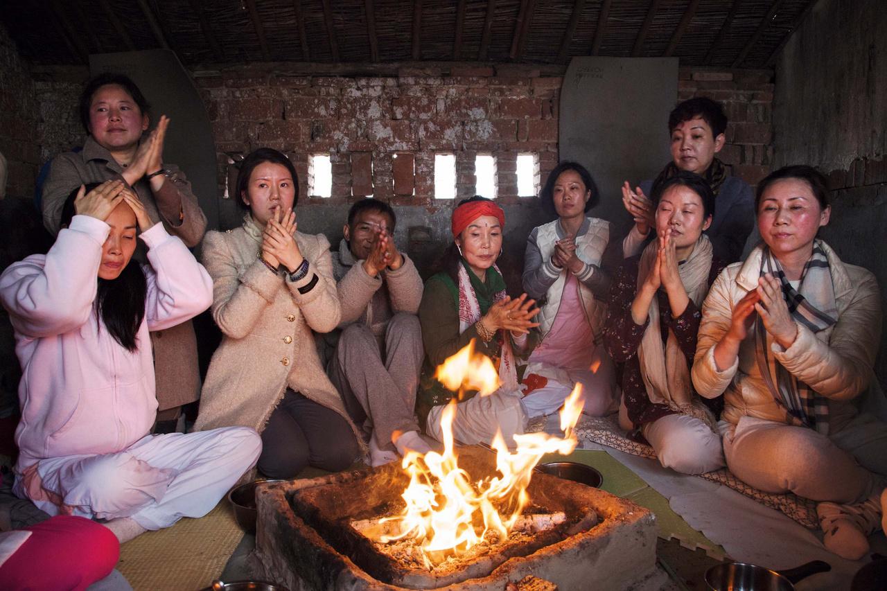 Az elmúlt években a jógázás egyre népszerűbb lett Shanghajban, ami előmozdította az indiai lelkiség és hagyományok iránti érdeklődést is. A képen az egyik indiai jógaoktató tart tűzünnepséget a kínai híveknek egy Chongming-szigeti farmon.