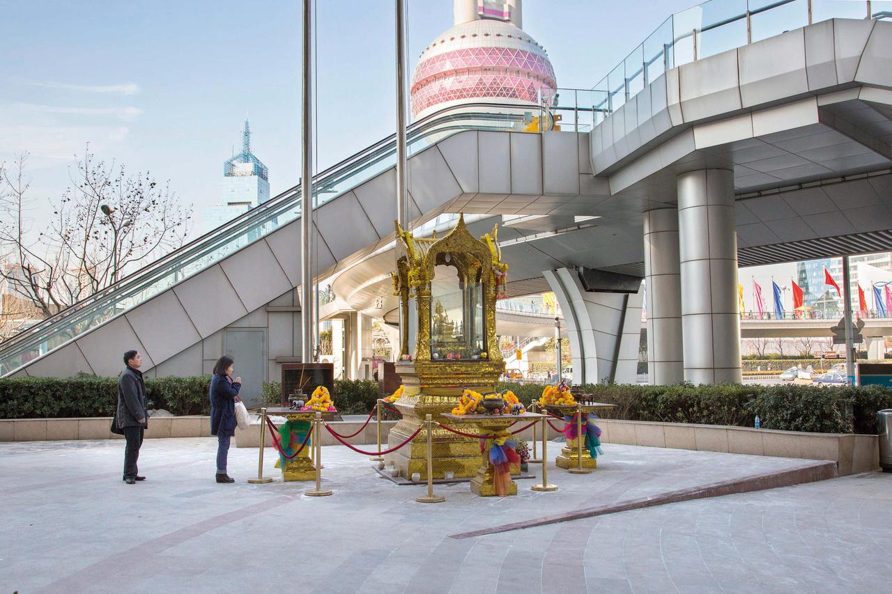 A Super Brand Mall Ázsia egyik legnagyobb bevásárlóközpontja, aminek a bejárata elé a thai fejlesztő (Chia Tai Group) egy buddhista szentélyt állított. A járókelők sokszor megállnak imádkozni a szentélynél, ami a város szerint a bevásárlóközpont üzleti helyzetén is sokat dobott.