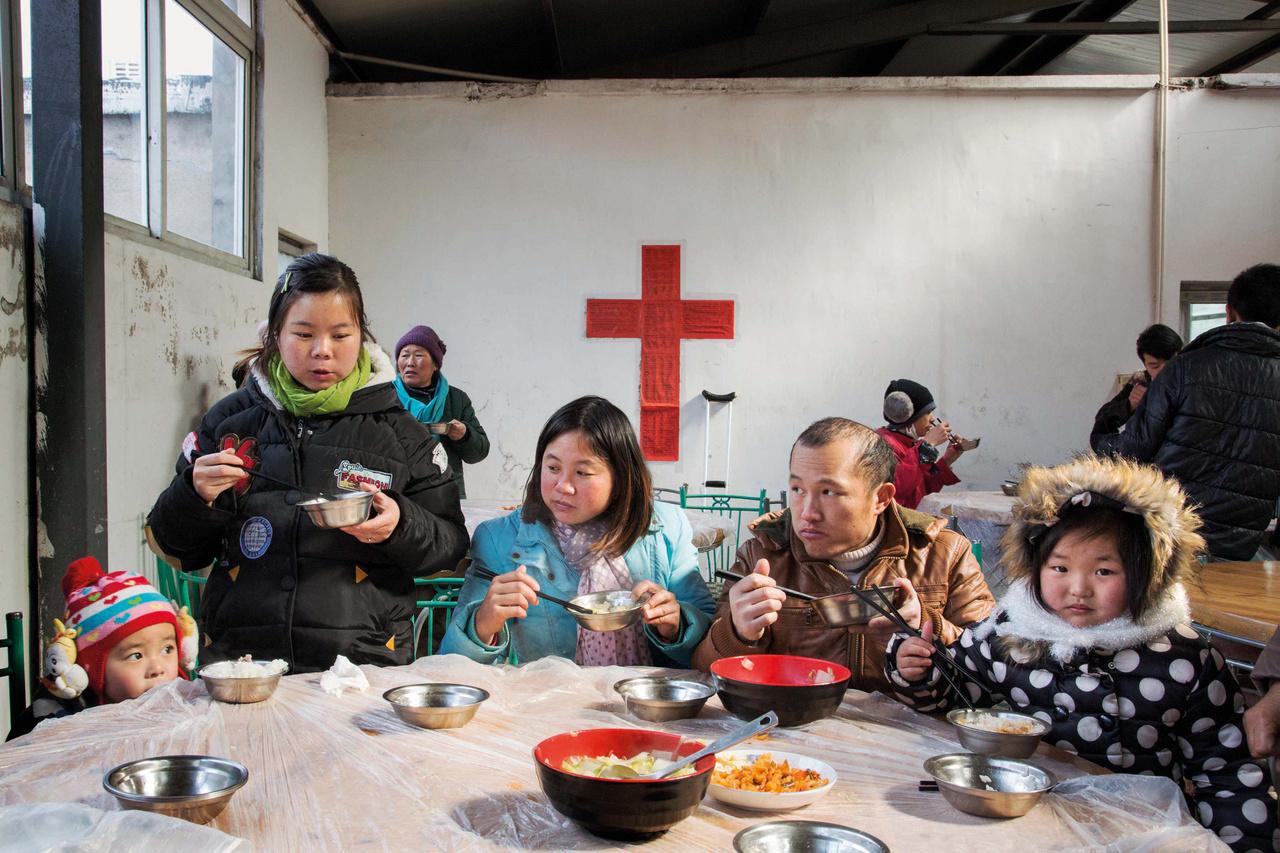 Már közel 40 éve készít a protestáns egyház ebédet a bevándorló munkásoknak a leghidegebb napokon, hogy a vasárnapi mise után ők is meleg ételhez juthassanak. A munkásokat a hitükhöz és közösségükhöz való ragaszkodás mellett a tányér leves is erősíti a -8 °C-ban tartott, kétórás istentisztelet után. A misék helyszínéül egy ideig egy régi gyárépület szolgált, azonban végül a templomnak költöznie kellett, hogy átadja a területet a Shanghai Disneyland építésének.