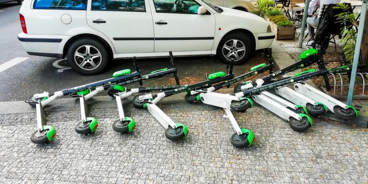 Eldőlt elektromos rollerek Prágában 2019. augusztusában