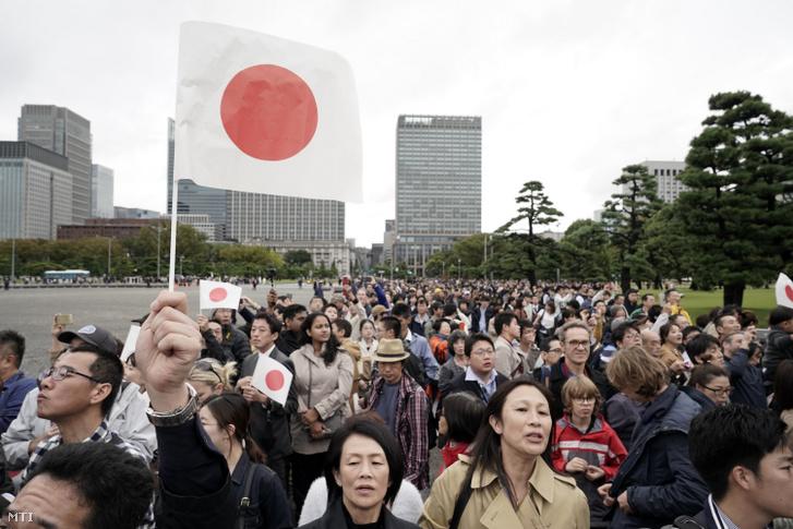 A Naruhito japán császár trónra lépési ünnepségének alkalmából összegyûlt emberek a tokiói császári palota elõtt 2019. október 22-én.