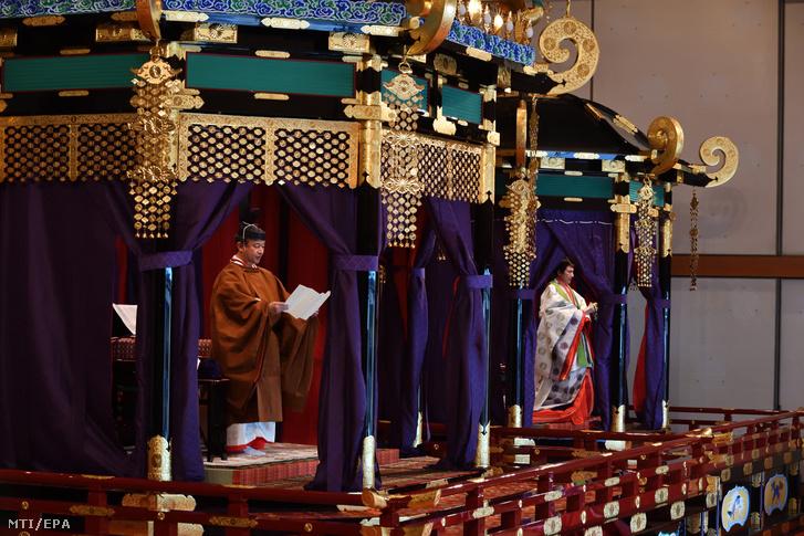 Naruhito japán császár (b) trónfoglaló beszédét mondja a krizantémtrónon Maszako császárné mellett