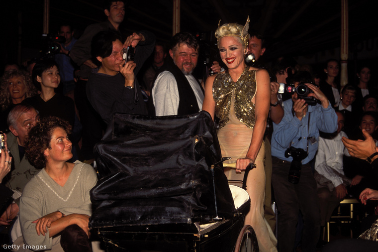 És még egy partifotó egy újabb eseményről, megint Madonnával, aki egy babakocsival ökörködött Gaultier egyik partiján a '90-es évek első felében