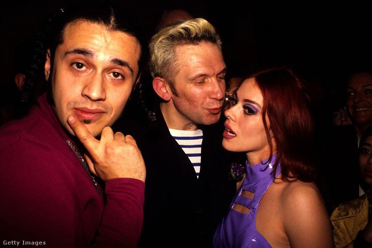 Itt viszont a bal oldaon DJ Dimitry látható, a jobb oldalon pedig Lady Miss Kier beszélget Gaultier-val, és ők a Deee-Lite nevű együttes két tagja, az ő számuk a Groove Is in the Heart.